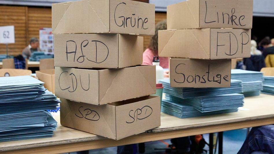 Kartons mit Stimmzetteln in Hamburg
