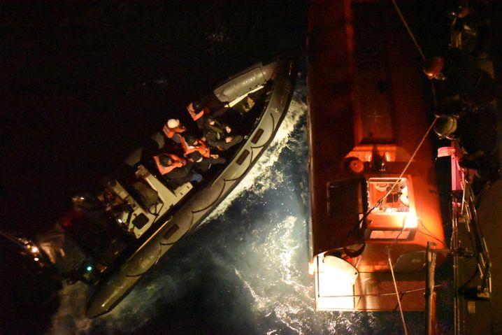 """Soldaten vom britischen Kriegsschiff """"HMS Argyle"""" und ein Rettungsboot der """"Grande America"""""""