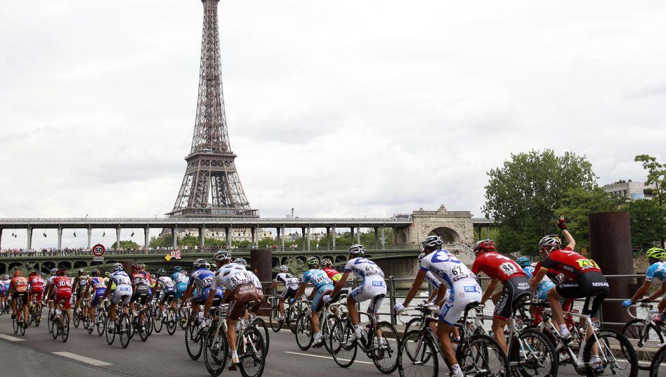 Rennradfahrer vor dem Eiffelturm: 2024 unter den olympischen Ringen?