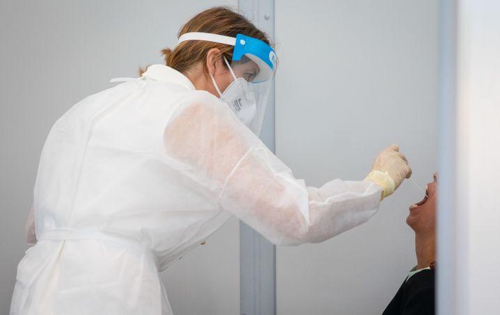 Untersuchung im Corona-Testzentrum am Flughafen Stuttgart