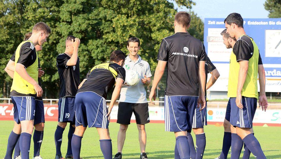 Trainer und Spieler in Waldalgesheim: Für sie gilt der Mindestlohn nicht