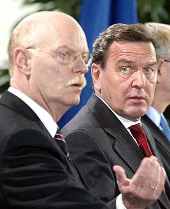 Pressekonferenz in Berlin: Gerhard Schröder (r.) lehnt die Bitte der USA ab