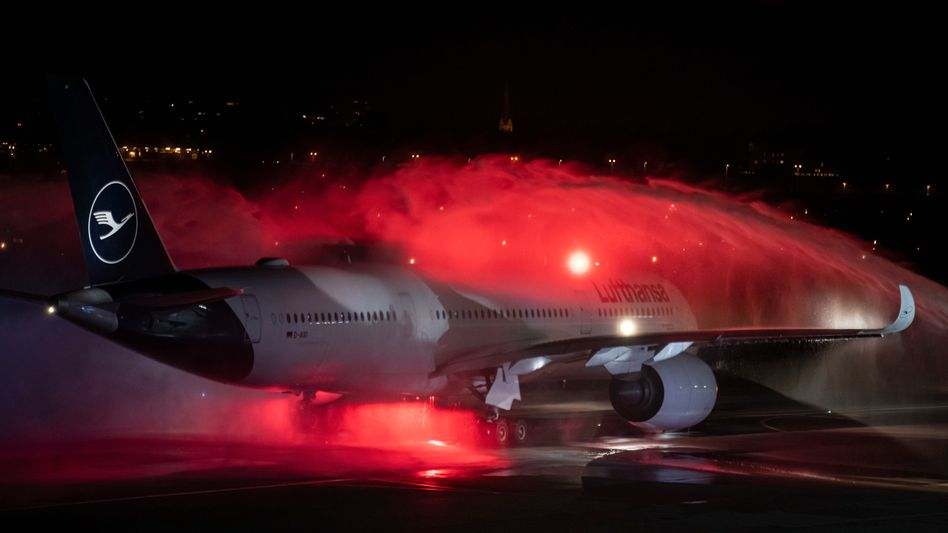 Abschied mit Fontäne: Der letzte Lufthansa-Flug verlässt Tegel