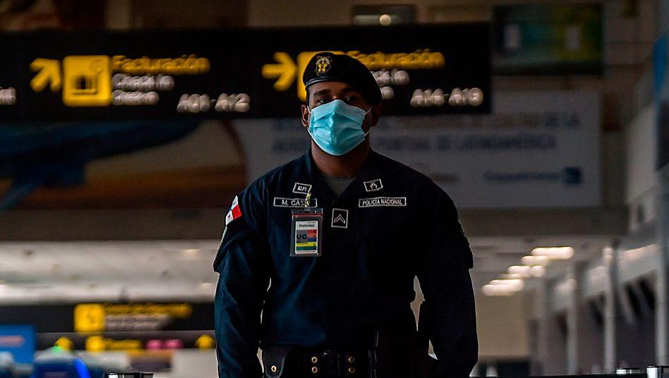 Sicherheitsbeamter am Flughafen von Panama City in der Coronakrise (Archivbild vom 8. Mai)