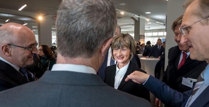 Barbara Ludwig steht bei der Grundsteinlegung für ein neues Geschäftshaus zwischen den Geschäftsführern der baubeteiligten Firmen.