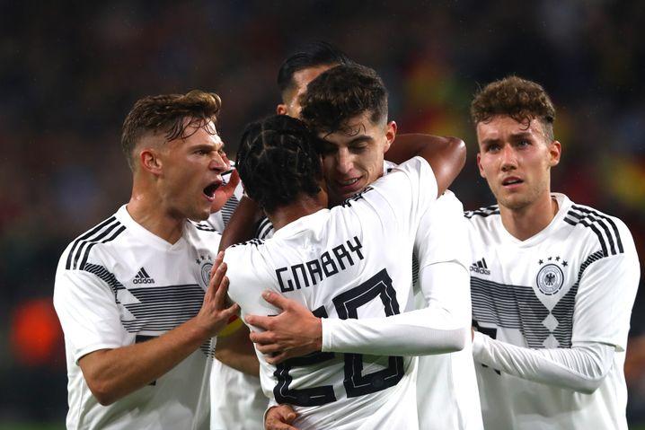 """Kai Havertz (M.) ist Jonathan Tahs Mitspieler in Leverkusen und gilt als das größte deutsche Talent. """"Er ist kein Mensch, der irgendwann abhebt"""", sagt Tah."""