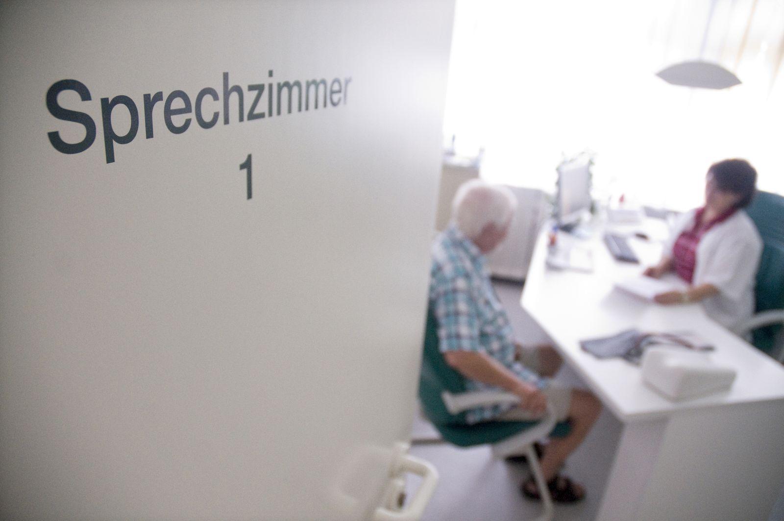 SYMBOLBILD/ Sterbehilfe/ Hausarzt/ Sprechstunde