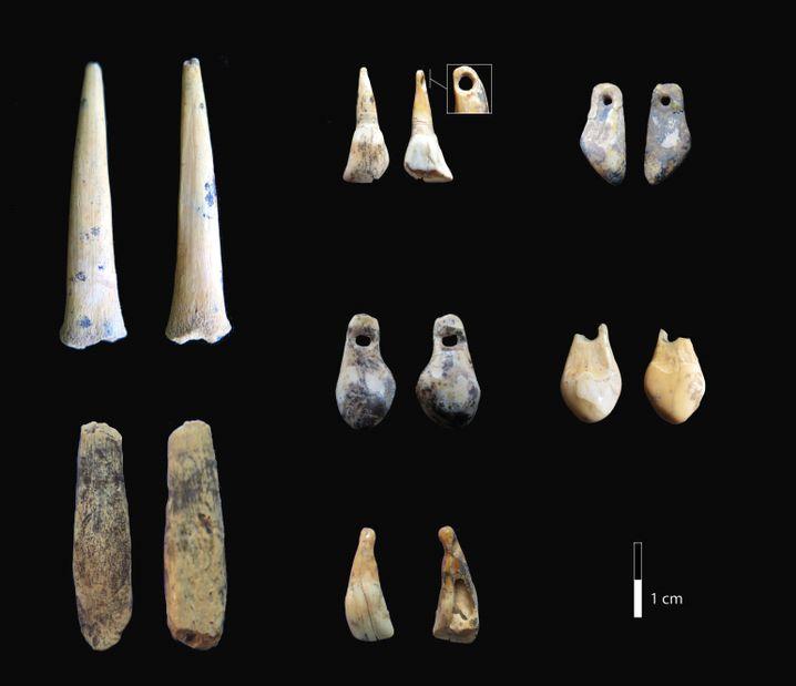 Fundstücke aus der Höhle, die zur Datierung genutzt wurden