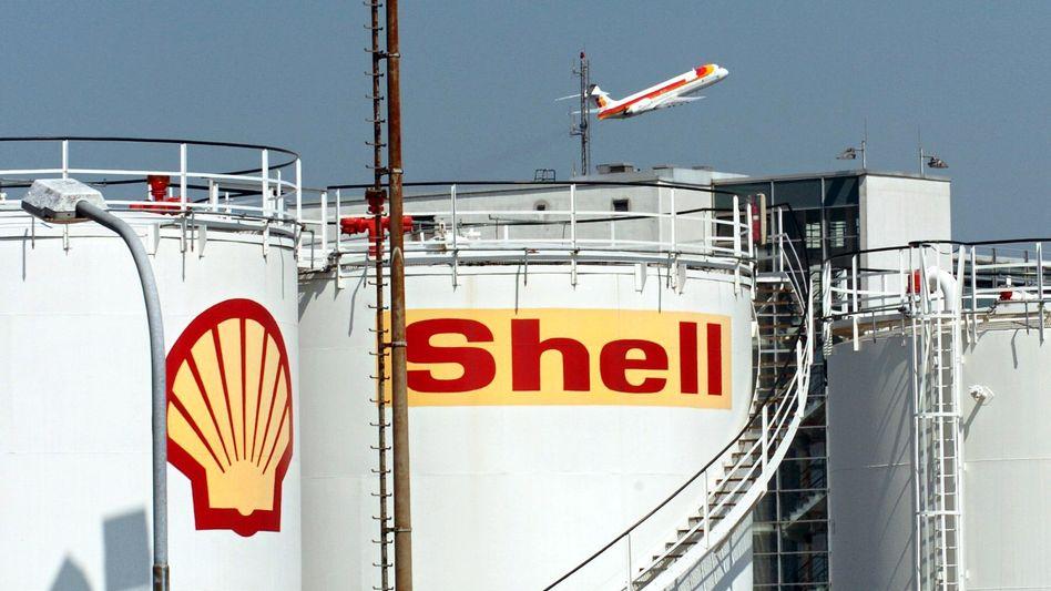 Shell-Tanks in Düsseldorf (Archivbild): Überproduktion bei schwächelnder Wirtschaft