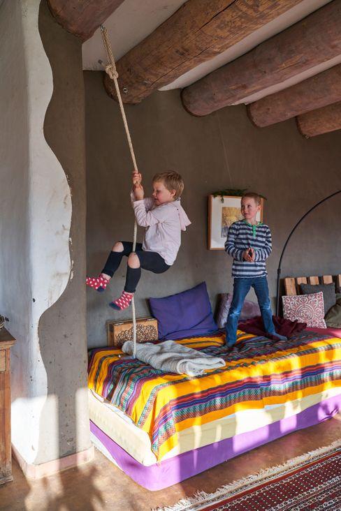 Toben, klettern oder auf dem Sofa chillen – die Kinder kommen gern ins Earthship. Mit ihren Eltern wohnen sie in einem der Bauwagen auf dem Gelände.