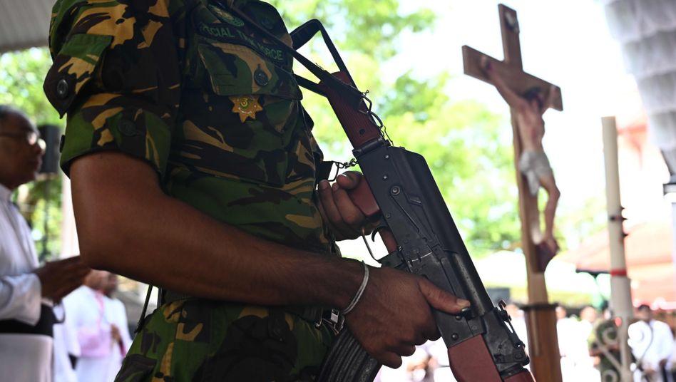 Soldat hält Wache bei Beerdigung in Negombo, Sri Lanka