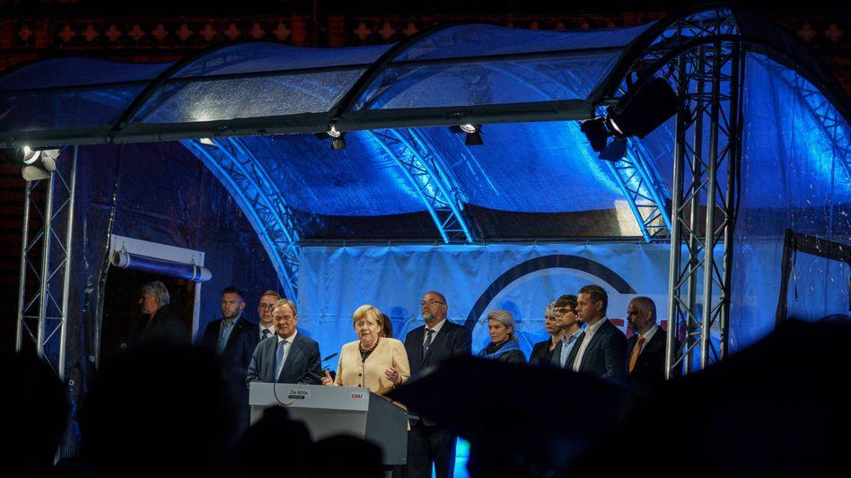Armin Laschet mit Angela Merkel in Stralsund: Das politische Wohnzimmer der Kanzlerin