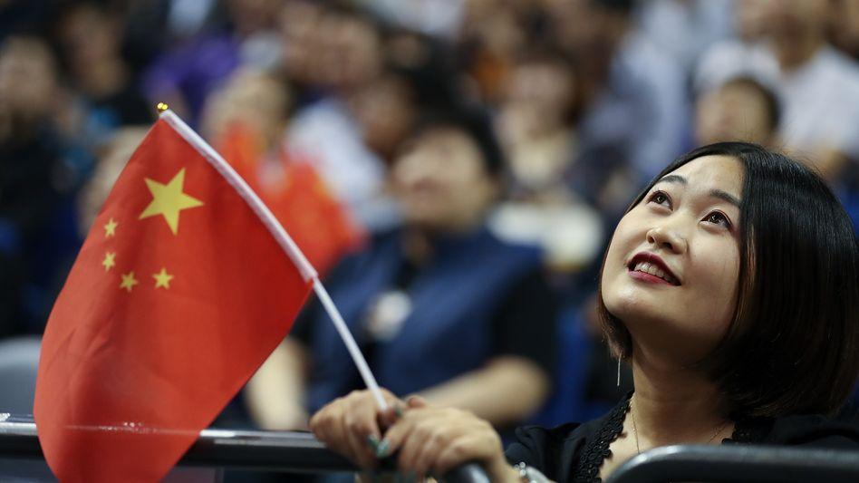 Chinesische Zuschauerin eines Basketballspiels in Shanghai