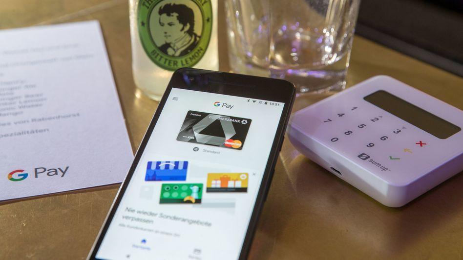Smartphone mit der App des neuen Bezahldienstes Google Pay