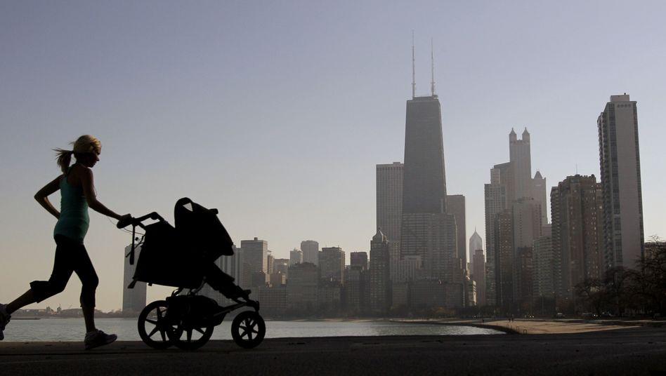 Laufen mit Kinderwagen: Mama rennt, Kind schläft
