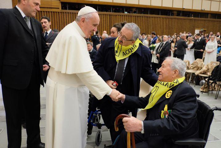 2015 traf der Kefalonia-Überlebende Marco Botti (r.) Papst Franziskus