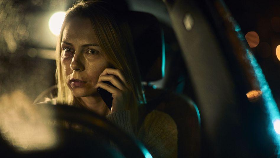 Verletzte Frau am Telefon