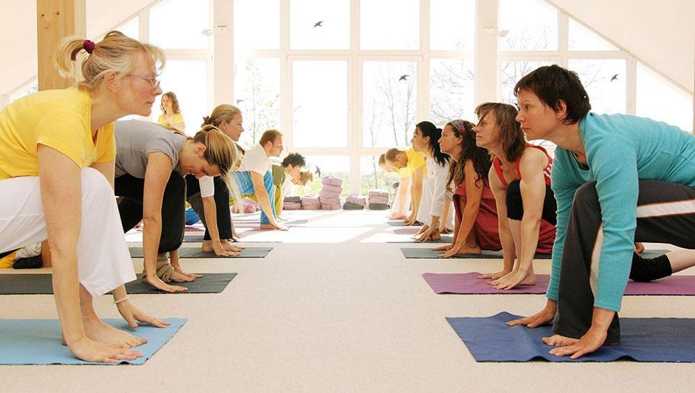 Yoga Ausbildung Europas Grosste Kopfstand Fabrik Der Spiegel