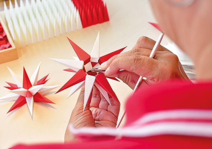 Herrnhuter Sterne: Seit rund 200 Jahren werden in der Oberlausitz die berühmten Polyeder produziert - mittlerweile nicht mehr nur aus Papier, sondern auch aus Kunststoff.
