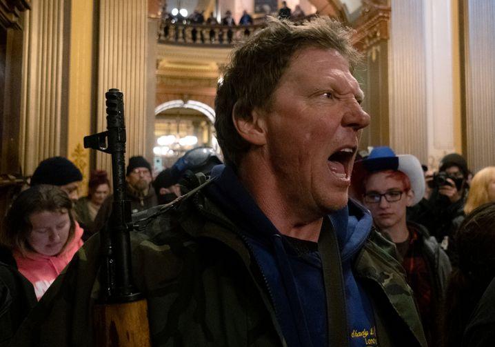 Foto: Bewaffneter Demonstrant im Parlament von Michigan