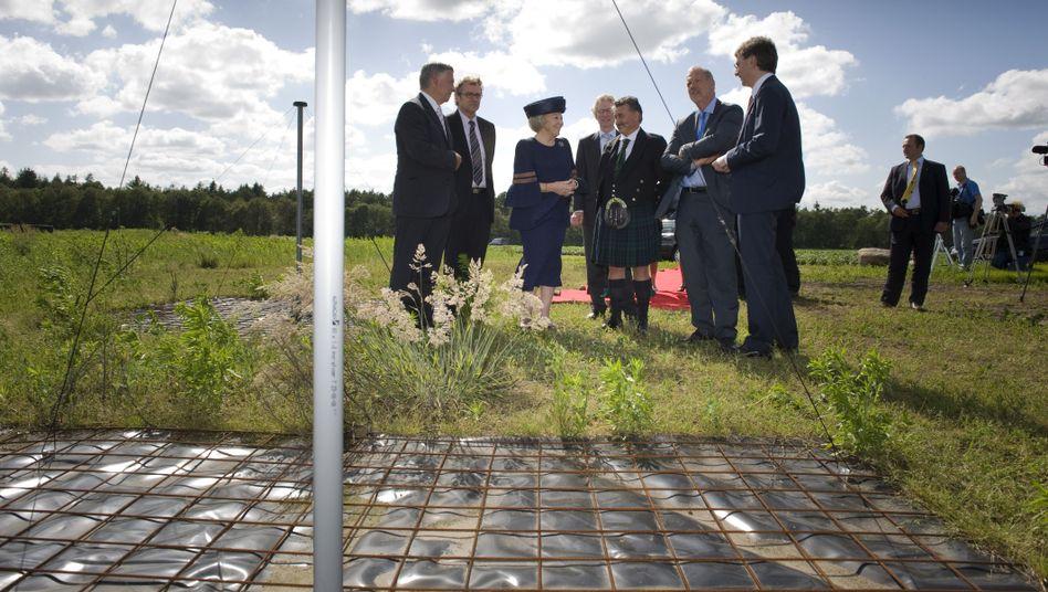 Königin Beatrix beim Lofar-Start: Superteleskop aus 25.000 Antennen
