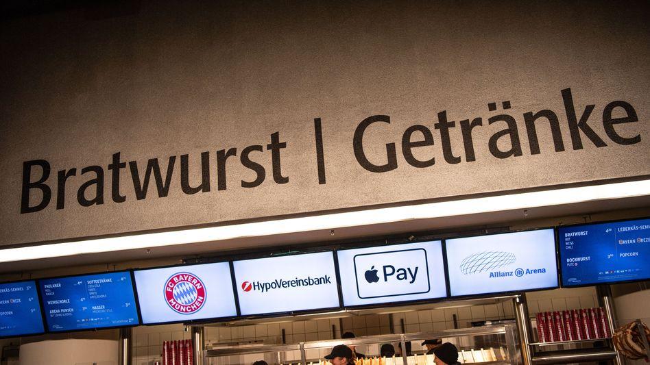 Hinweisschilder auf die Kooperation von FC Bayern, Hypo-Vereinsbank und Apple Pay in der Allianz Arena