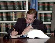 David Scheffer unterschreibt das Abkommen für die USA