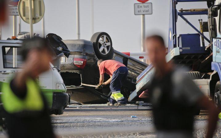 Polizisten am Auto, in dem die Angreifer gesessen haben