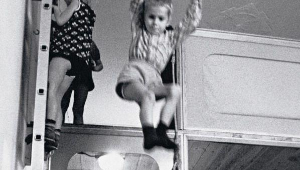 Spielende Kinder in einem Westberliner Kinderladen um 1969