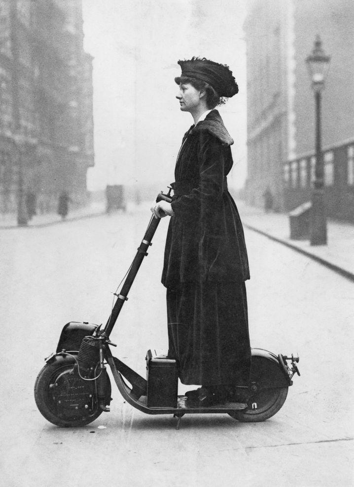 Suffragette mit Scooter: Florence Norman auf ihrem Roller (um 1916)