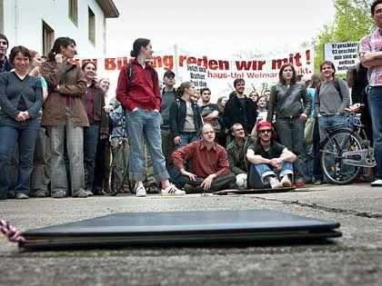Nach dem Beutezug: Weimarer Studenten mit Corpus Delicti