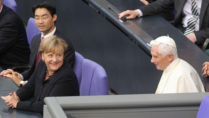 Benedikt im Bundestag: Scherze, Applaus - und eine Panne