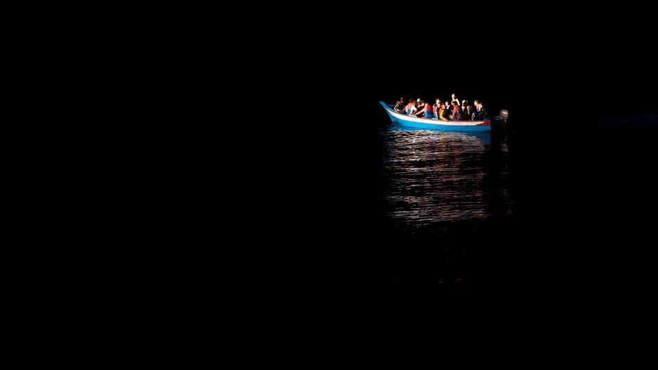 Flüchtlinge in Holzboot (Symbolbild)