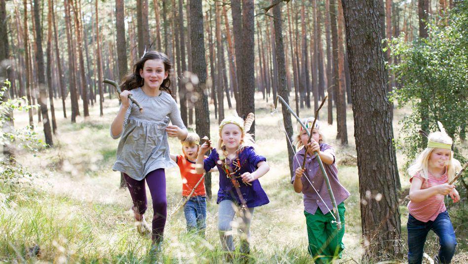 Kinder spielen Indianer im Wald: Hemmen Medien die Vorstellungskraft?