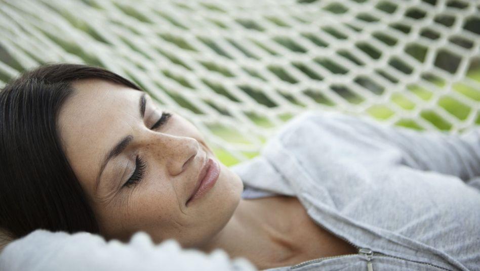 """Schlafende Frau: """"Die entspannende Wirkung von Schlaf kann nichts ersetzen."""""""