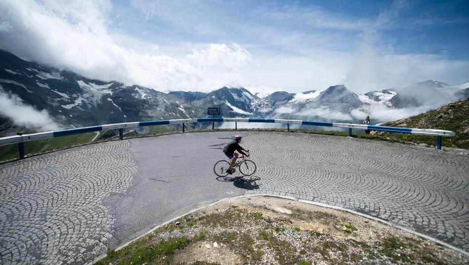 Radfahrer auf der Hochalpenstraße am Großglockner in Österreich