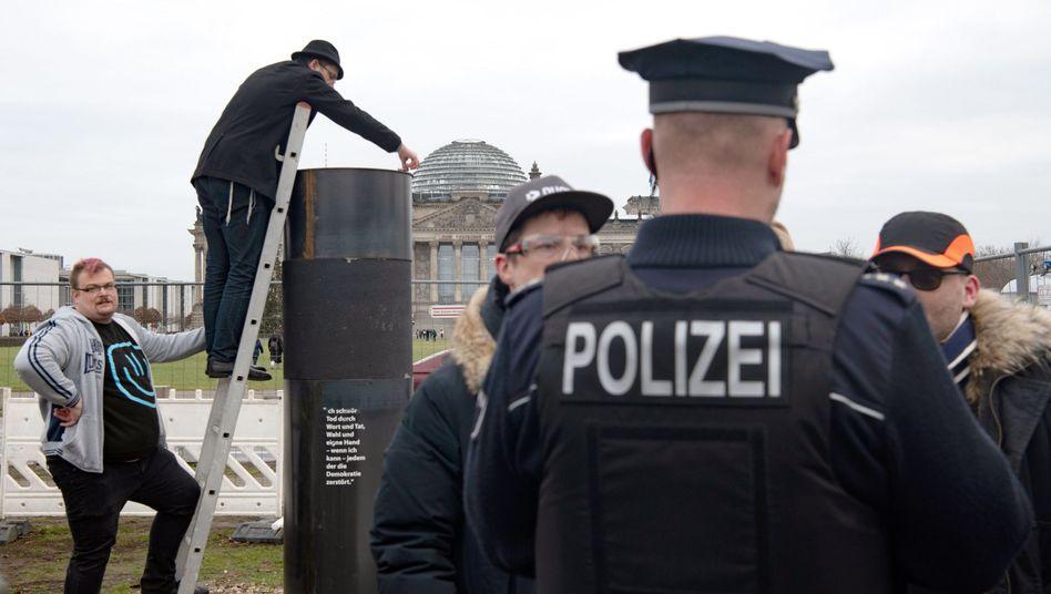 Aktivisten und Polizei vor ZPS-Säule