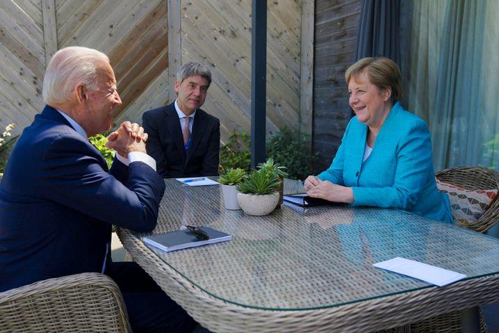 Hecker mit Kanzlerin Merkel und US-Präsident Biden in Cornwall
