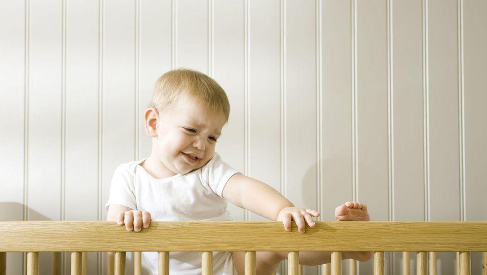 Lebhaftes Baby: Müssen Kinder im Bett parieren?