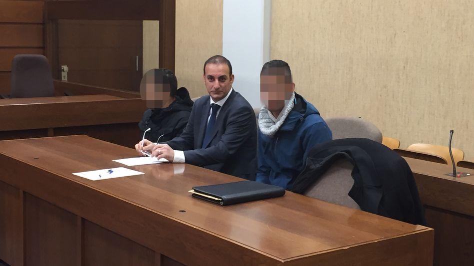 """Trickdiebe K. (li.) und E.-B. (re.) mit Dolmetscher vor Gericht: """"Für die Opfer wie ein Schlag ins Gesicht"""""""