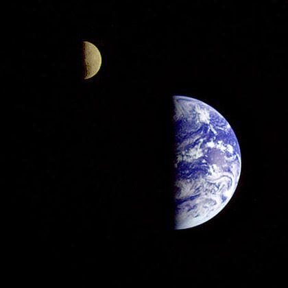 Erde und Mond: Der Planet brummt