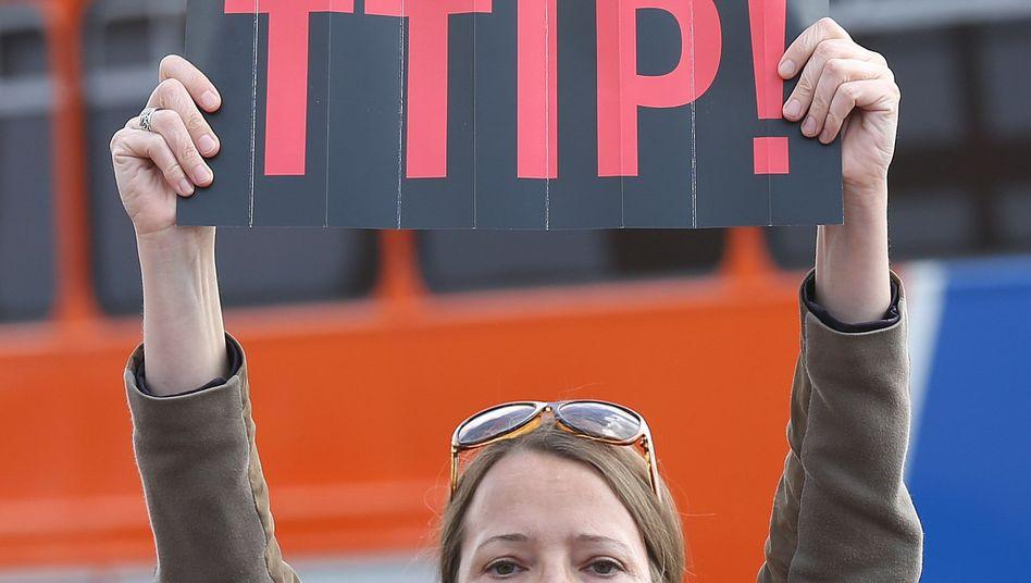 Plakat gegen das Freihandelsabkommen: Relative Mehrheit findet TTIP noch gut