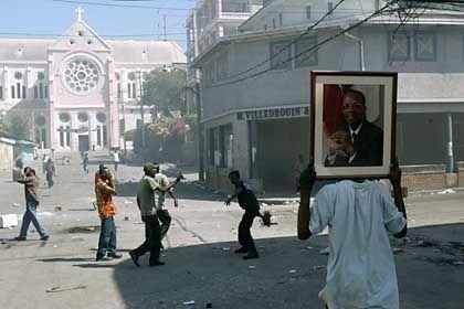 Aristide ist verschwunden, seine Anhänger bleiben in Haiti