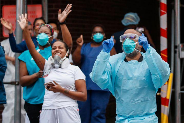 Medizinisches Personal in einem New Yorker Krankenhaus bedankt sich für den Zuspruch von Passanten und Feuerwehr