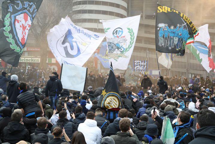Tausende Fans sich vor dem Spiel am Stadion