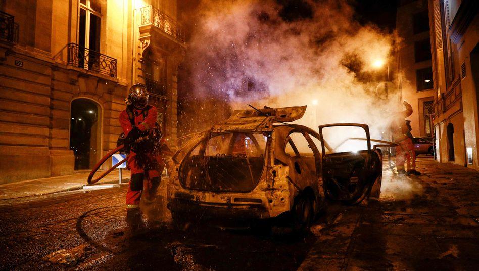 Feuerwehreinsatz nach Ausschreitungen in Paris: Zahlreiche Menschen wurden festgenommen