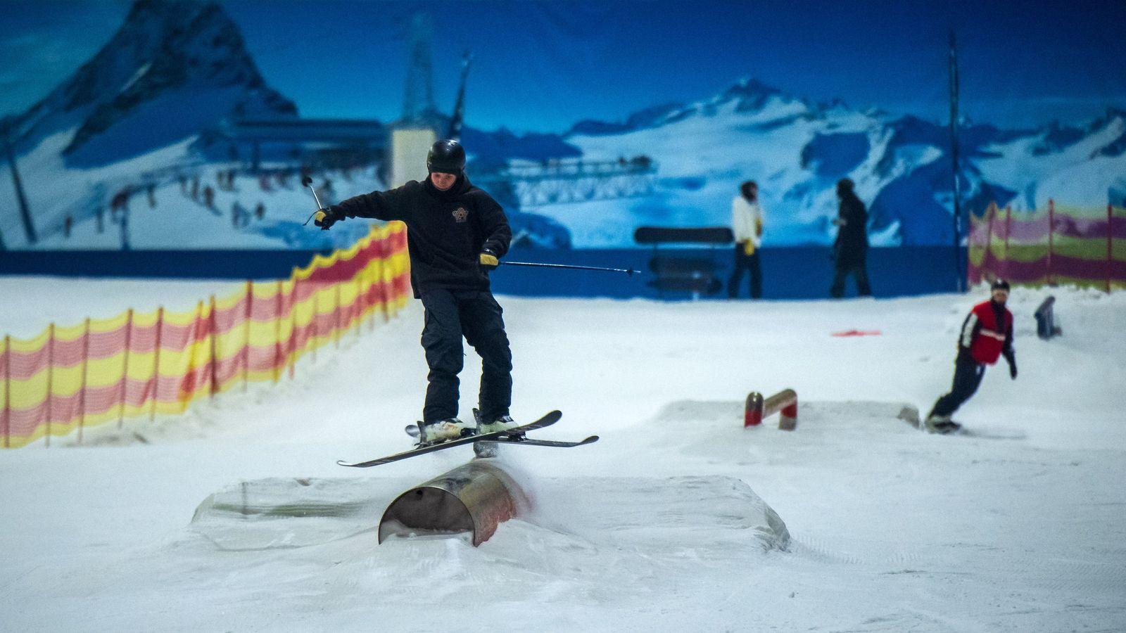 Skifahren im Snow Dome mitten in Hitzewelle