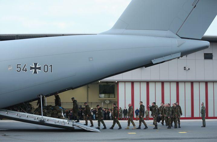 """Soldaten auf dem Weg zum Einsatz gegen den """"Islamischen Staat"""" (Archivfoto)"""