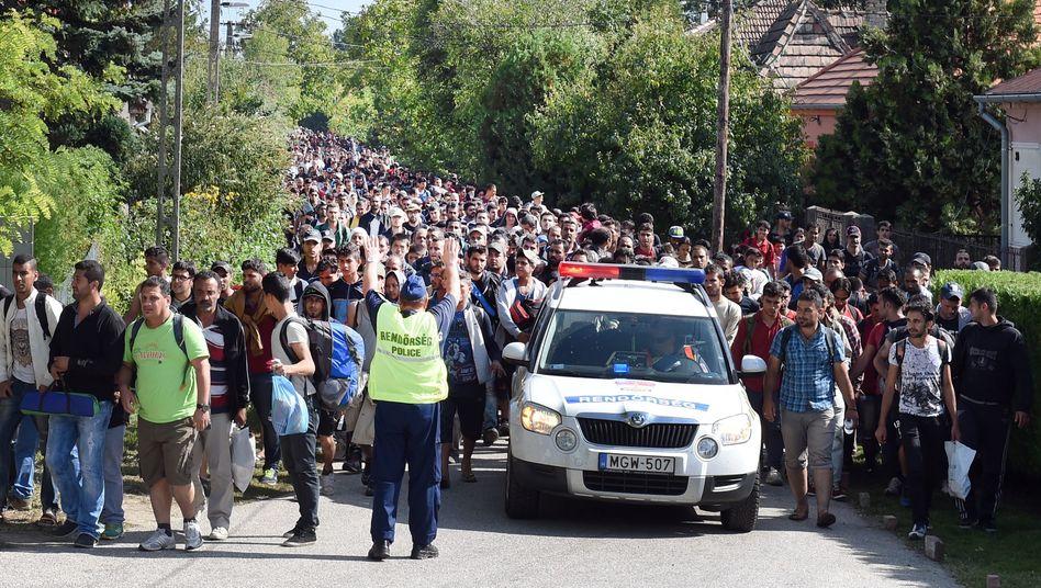Ungarische Polizisten eskortierten 2015 Migranten zur Grenze nach Österreich
