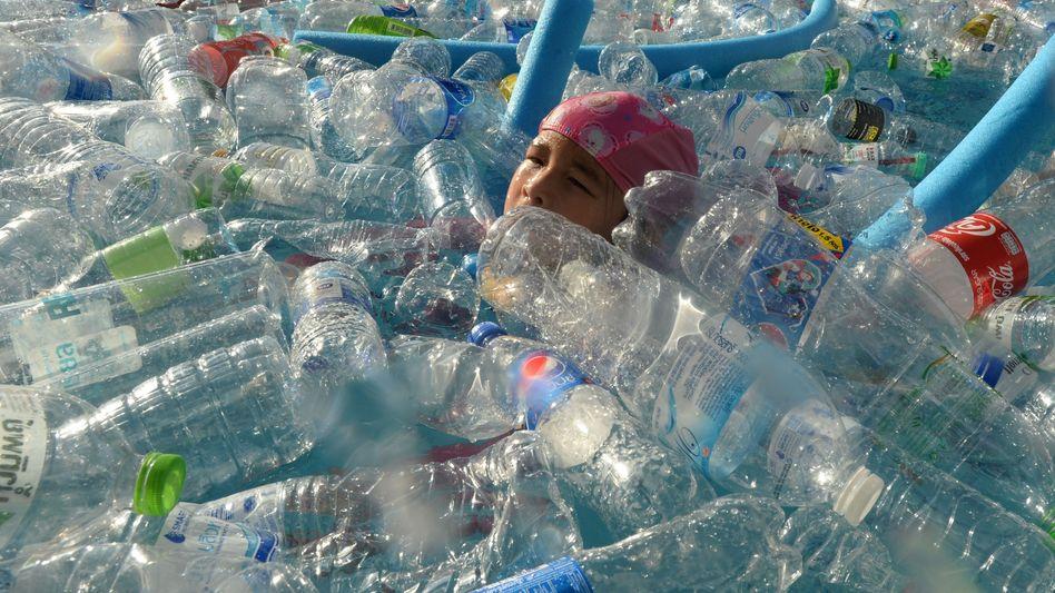 Schwimmendes Kind bei einer Veranstaltung gegen Müll in den Ozeanen (in Thailand, Juni 2019)